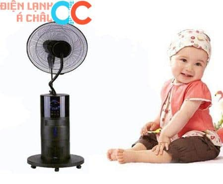 Không nên dùng quạt phun sương khi trẻ sử dụng máy lạnh